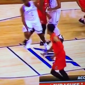 Syracuse player tries to trip Zion Williamson intentionally